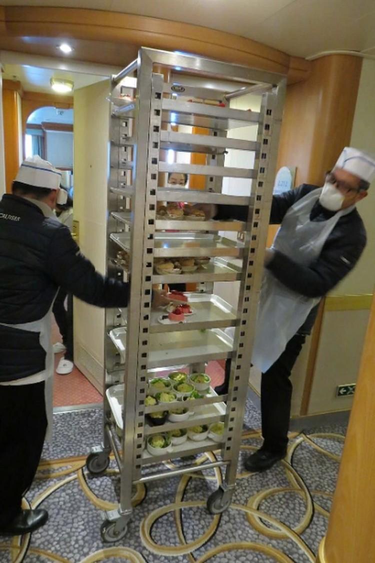 Так на лайнере разносят еду. Фото: Сергей ПОПОВ.