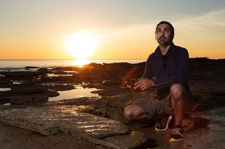 Австралийский палеонтолог Энтони Ромилио, разгадавший загадку следов на потолке.