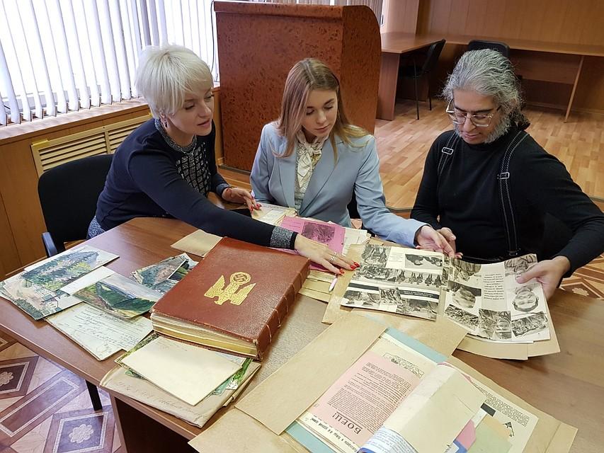 Мария Меркина (в середине) с правнуком Сталина Селимом в архиве.