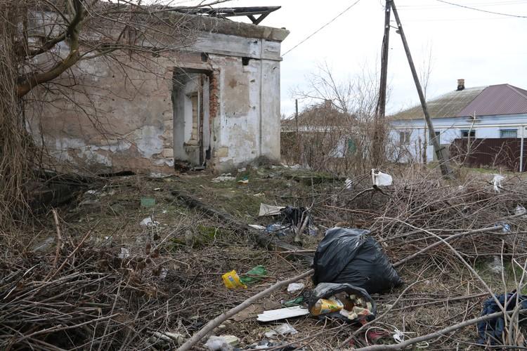 Жители окрестных домов устроили здесь свалку