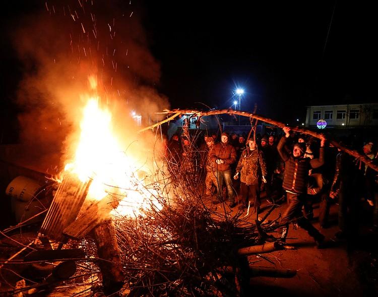 Жители Новых Санжар встретили эвакуированных перекрытием дорог, горящими покрышками и акциями протеста