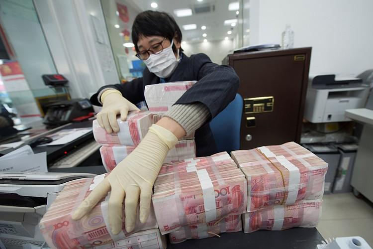 Чтобы компенсировать экономические потери эмиссионными деньгами. Юань подешевел к доллару на 2.6%