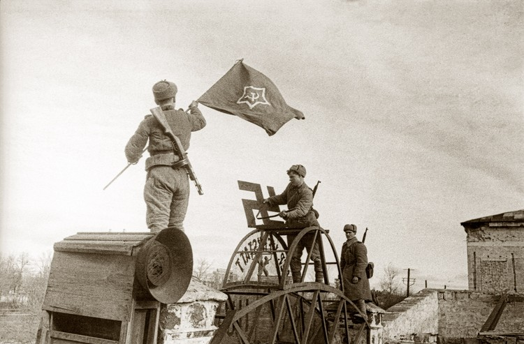 Знамя над воротами завода им. Войкова. Керчь, ноябрь 1943 года. Фото Е.Халдей ВКИКМЗ