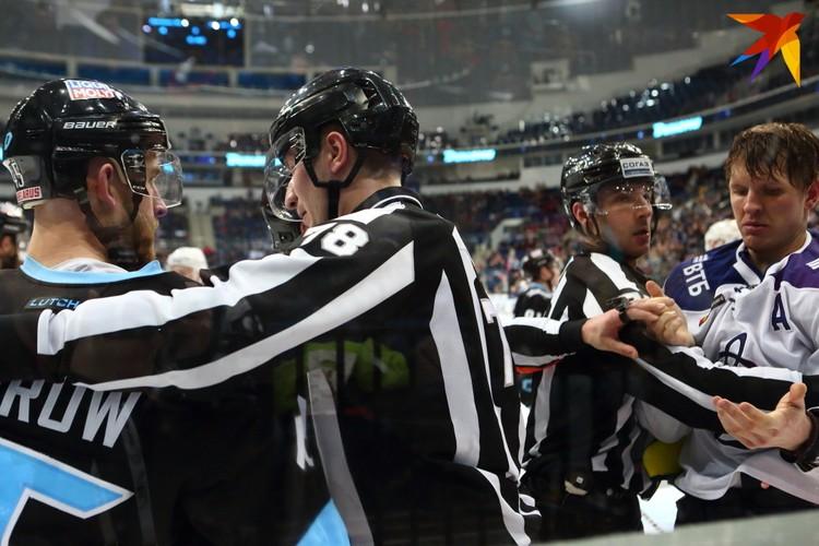 Судьи матча разнимают Морроу и Кулемина после потасовки.