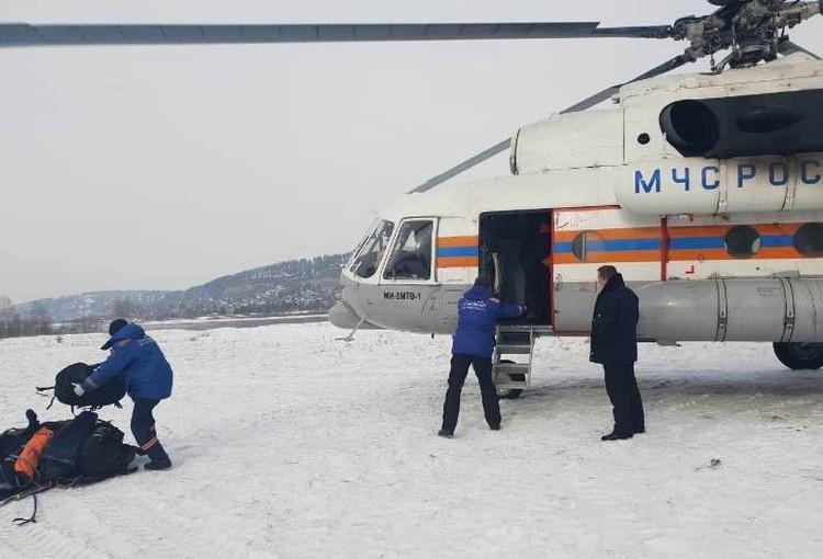 Из Иркутска на Шумак за туристами вылетел вертолёт Ми-8 МЧС России.