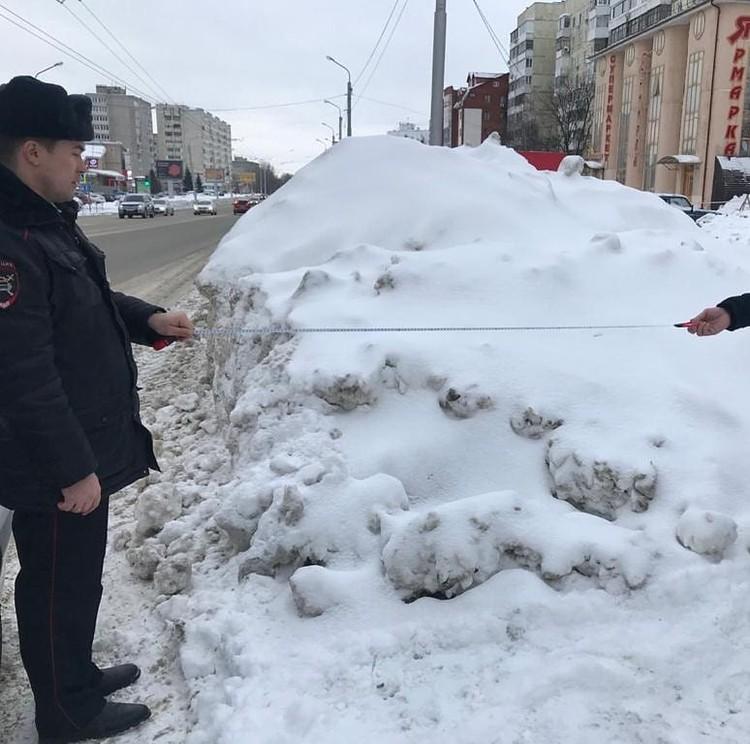 Из-за обильных осадков и несвоевременной уборки снега на многих улицах произошло сужение проезжей части, образовался снежный накат и валы на пешеходных переходах.