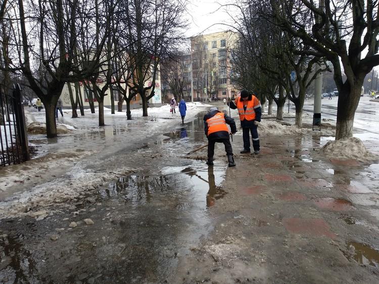 Дорожникам приходится убирать воду лопатами