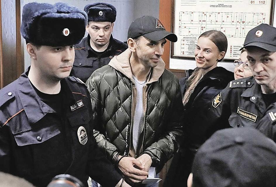 Экс-министр Михаил Абызов и его гражданская супруга, стюардесса Валентина Григорьева (на заднем плане), решили оформить брак. Фото: ТАСС