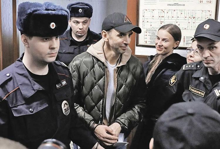 Экс-министр Михаил Абызов и его гражданская супруга, стюардесса Валентина Григорьева (на заднем плане), решили оформить брак.