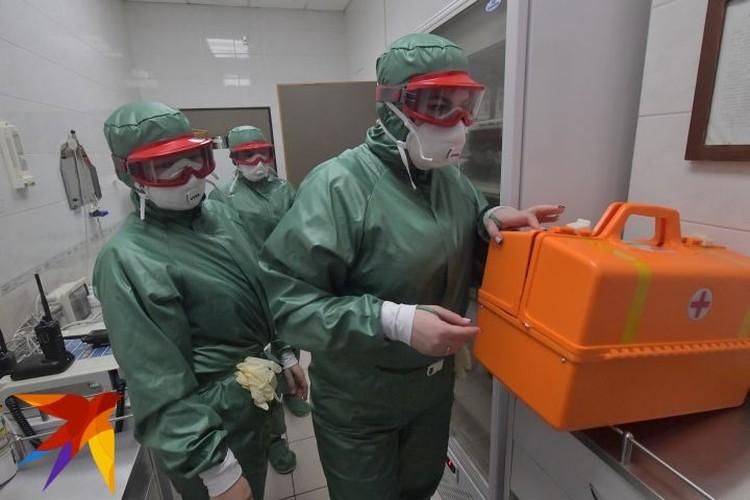 Сотрудники санитарно-эпидемиологического контроля в медпункте терминала F аэропорта Шереметьево.