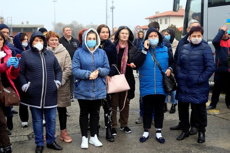 Граница Италии и Словении. Украинские гастарбайтеры не могут продолжить путь домой из-за карантинных мер властей Словении.