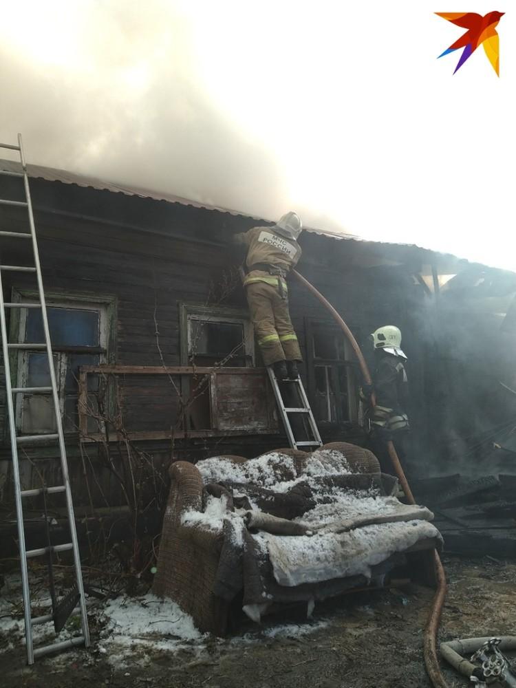 Уже больше часа пожарные борются с возгоранием