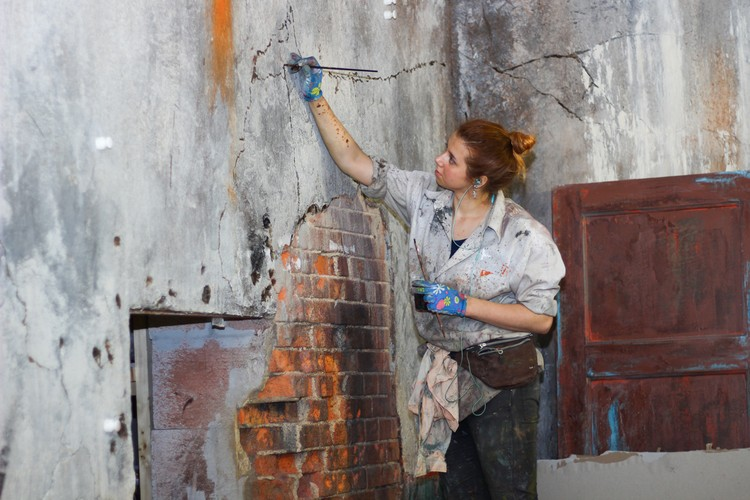 На какой-то миг кажется, что художники пытаются облагородить какое-то заброшенное здание. Но и стены, и куски цемента, и грязь - все это плод творчества художников.