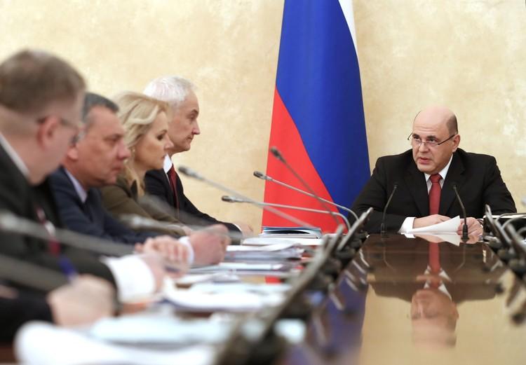 Журналист следят за заседаниями с премьером Михаилом Мишустиным из пресс-центра