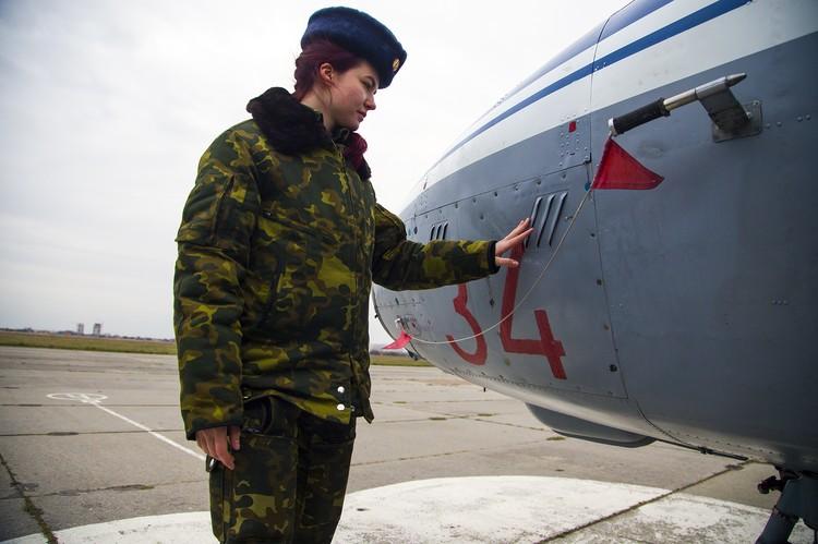 Перед полетом летчики обязаны осмотреть свой самолет.