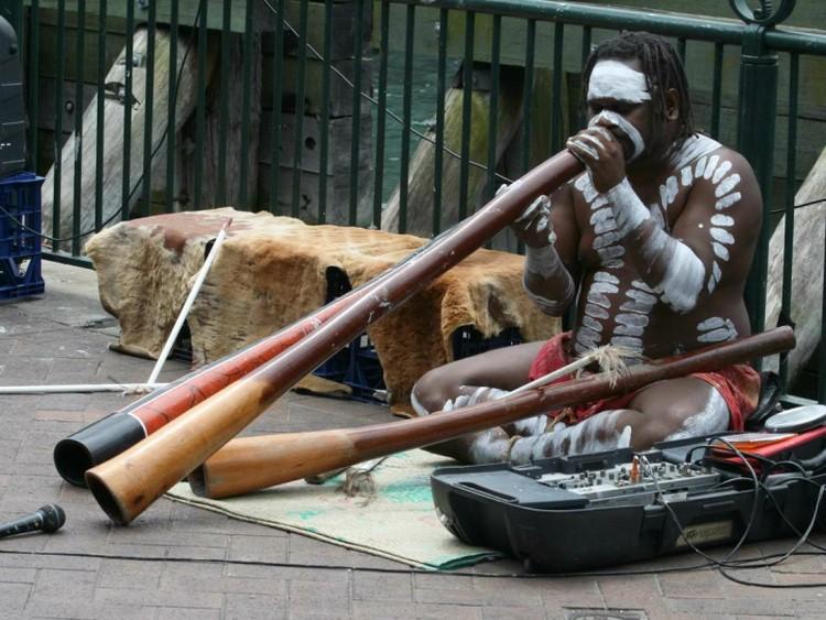 Австралийские аборигены спасались от болезней посредством труб - отгоняли злых духов.
