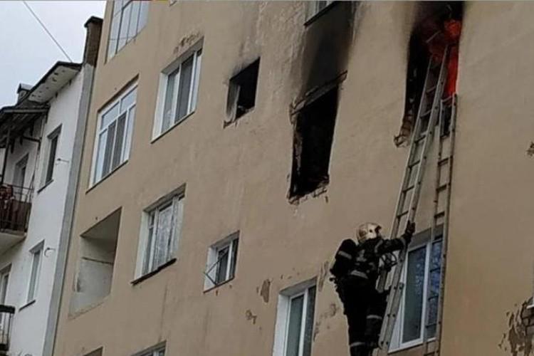 Пожарные не смогли попасть в горящую квартиру через окно - так там было жарко.