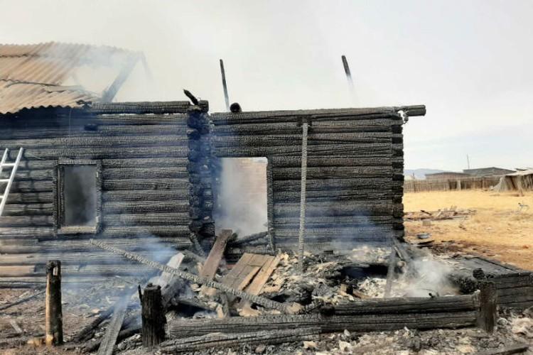 Дом сгорел дотла. Фото: Республиканское агентство ГО и ЧС по Бурятии.
