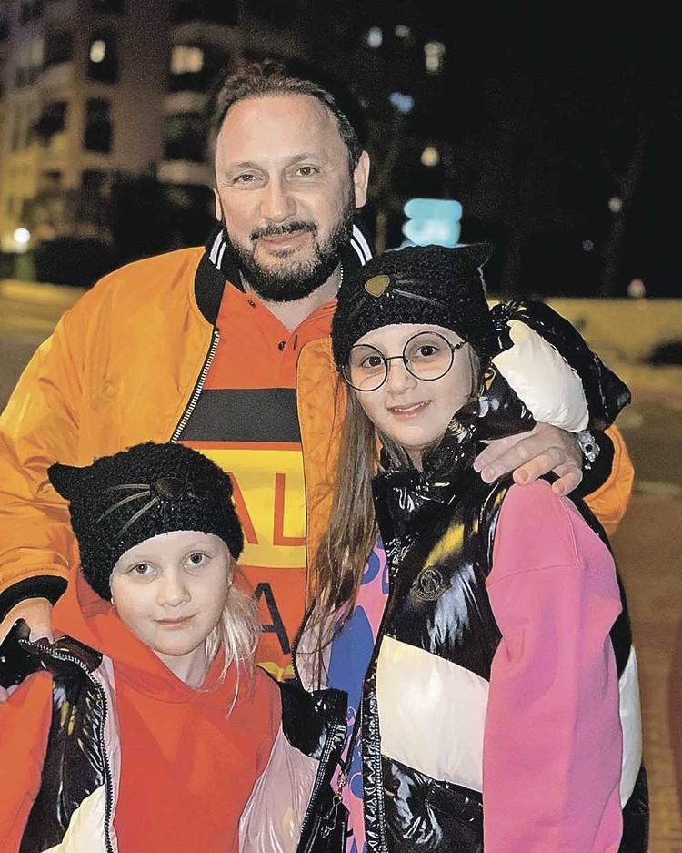 Дочки Стаса Михайлова Иванна и Мария, как и все дети сейчас, учатся дома.