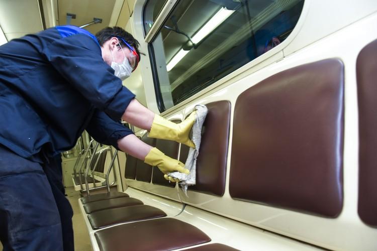 В метро обрабатываются все поверхности.