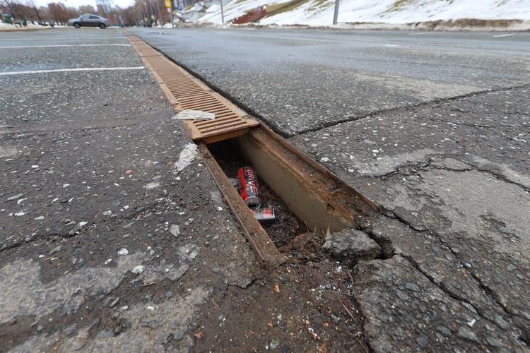Под ливневой канализацией валяется мусор