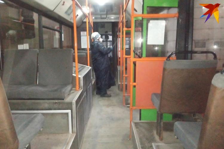 Салон моют и дезинфицируют специальные люди, а порядок в кабине - ответственность водителей.