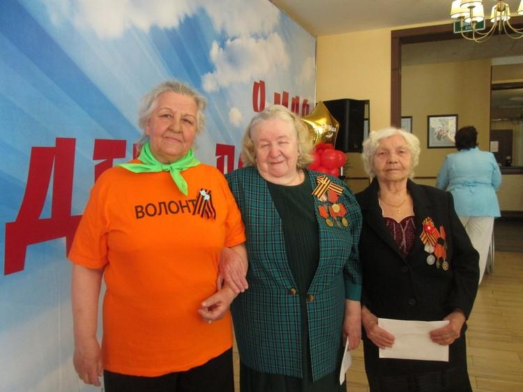 Нина Леонтьевна Козловская с ветеранами Великой Отечественной Фото: предоставлены авторами проекта