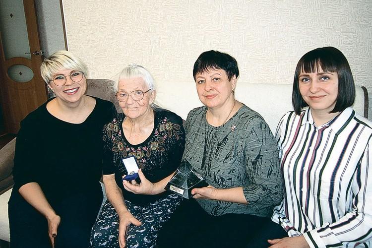 Слева направо: внучка Елена Беспалова, дочь Мария Никифоровна Беспалова, внучка Наталья Емелина, правнучка Ольга Десятова. Фото: личный архив.