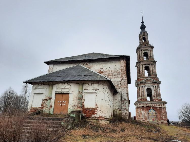 Обезглавленная в советские годы Воскресенская церковь и колокольня