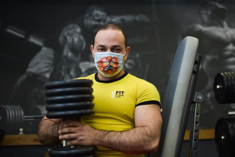 Спортсменам тяжело дышать через маску.