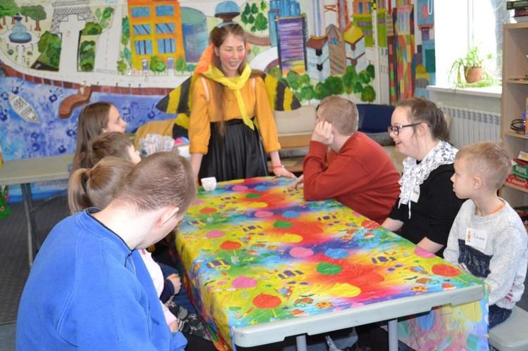 """Ксюша с другими воспитанниками проекта на мастер-классе по лепке Фото: """"Радимичи - детям Чернобыля"""""""