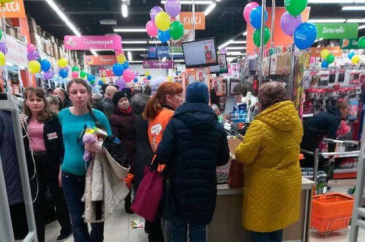 """Толпа собралась на распродажу дешевых товаров - о рекомендованной """"метровой дистанции"""" речи даже и не шло."""