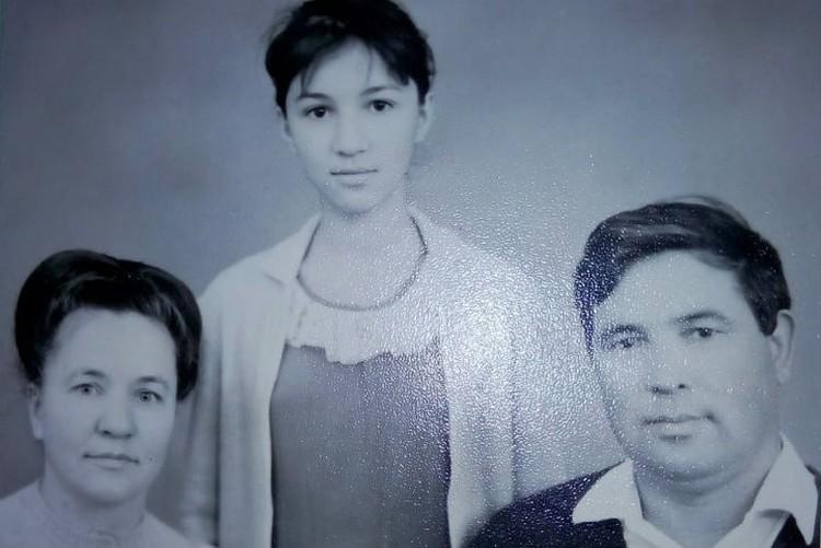 Кровные родители Нины с ее биологической сестрой Майей. Фото: личный архив.