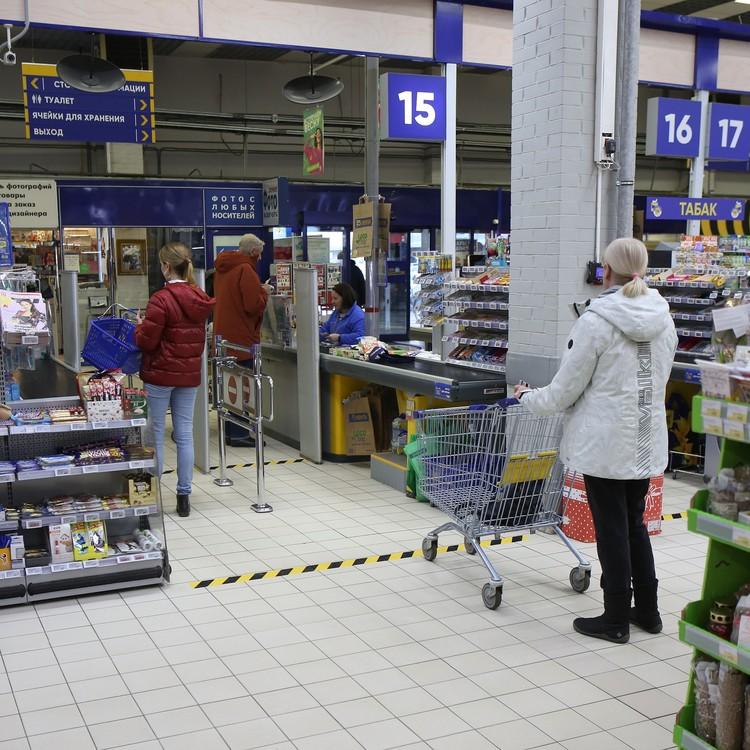 """Покупатели в магазинах """"Ленты"""" соблюдают дистанцию."""