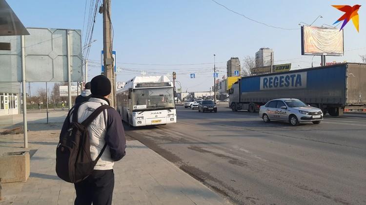 Автобусы сегодня будут ездить только утром и вечером. И их явно мало.