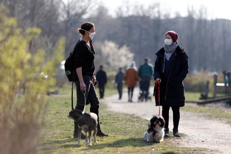 Жительницы Берлина во время прогулки в парке.