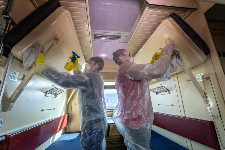"""Чтобы сделать поездку безопасной, компания проводит дезинфекцию всех поездов. Фото: пресс-служба ОАО """"РЖД"""""""