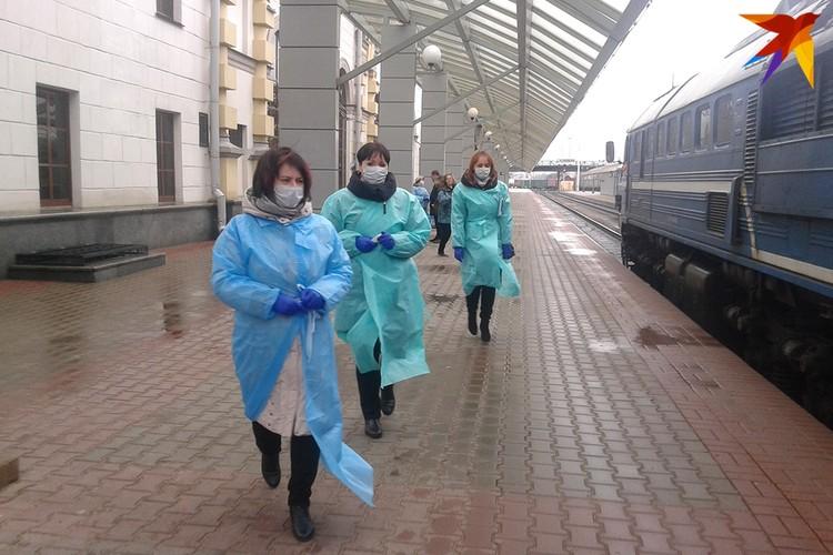 Провожать поезда с тепловизором команда ЦГиЭ приходит два -три раза в день.