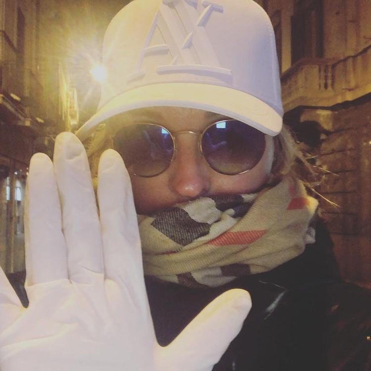 Лика в таком виде выходит в магазин за продуктами: очки, перчатки, в вот маски — дефицитный товар