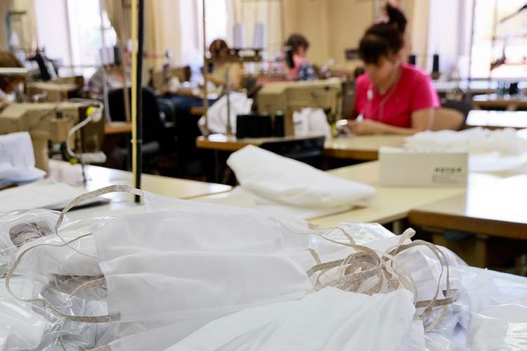 До всей этой истории с эпидемией российские заводы выпускали 600 тысяч масок в сутки