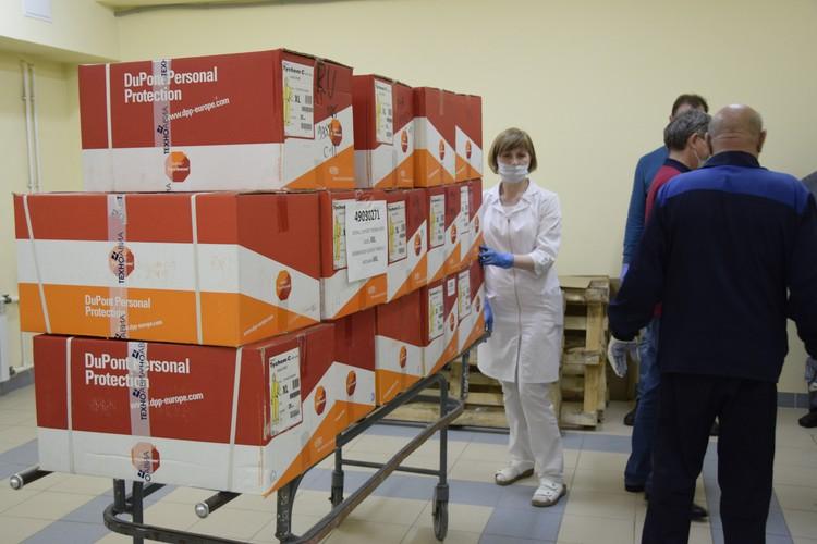В этих коробках - комбинезоны для врачей. Фото: мэрия Сочи