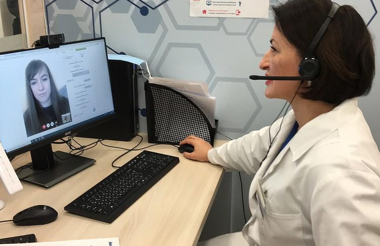 Врач-терапевт Лейла Тебердиева общается с пациенткой.