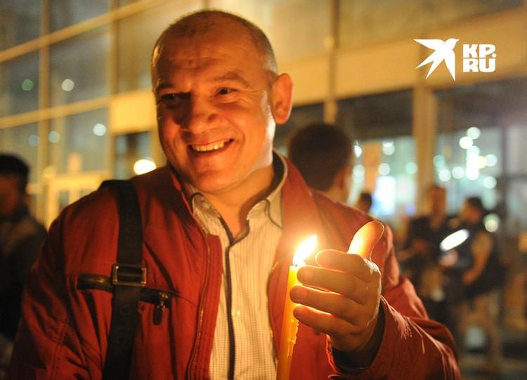 Встреча Благодатного огня в московском аэропорту Внуково.