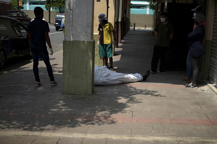 Многие иностранные корреспонденты отмечают, что первое, что бросается в глаза на улицах Гуаякиля - трупы на тротуарах