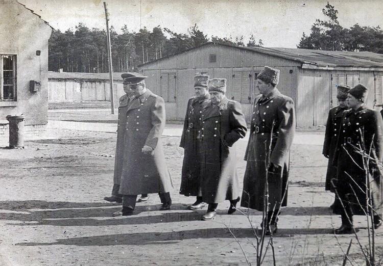 Маршалы Советского Союза Василий Чуйков и Андрей Гречко инспектируют бригаду. 1965 год
