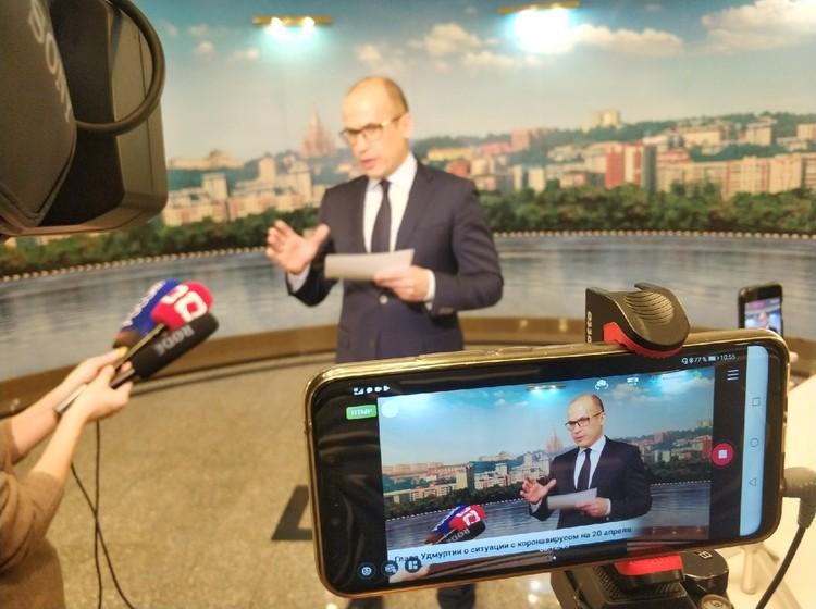 Фото: Вот уже несколько недель глава Удмуртии проводит трансляции, отвечая на вопросы жителей