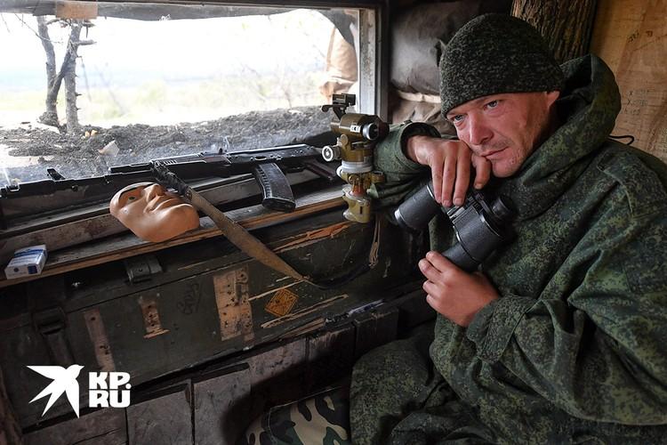 Донбасс. Ополченец у бойницы.