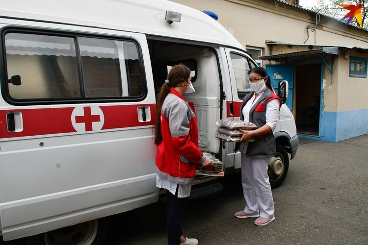Упаковки с консервами развезли по краснодарским подстанциям скорой помощи