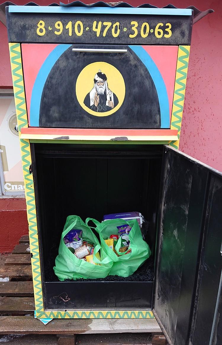 Знаменитый уже в узких кругах короб, куда прихожане храма Донского монастыря могут положить продукты и вещи для нуждающихся.