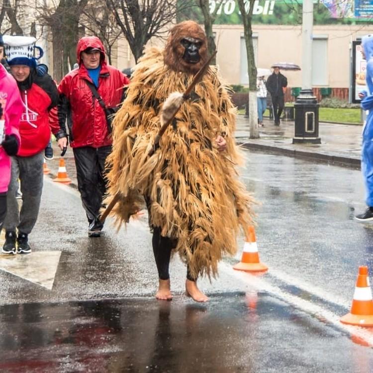 На общегородских забегах Александр Черкис всегда удивляет своими необычными нарядами.